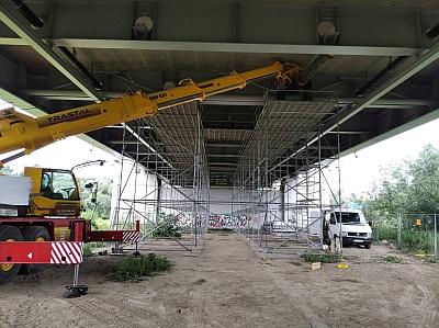 Budowa ciepłociągu pod mostem